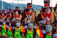 Santa Cruz de Tenerife, Hiszpania, wyspy kanaryjskie Luty 13, 2018: Karnawałowi tancerze na paradzie przy Carnaval Santa Cruz de  zdjęcie stock