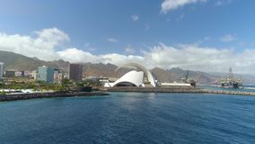 Santa Cruz De Tenerife, Spanje - Mei, 18, het Satellietbeeld van 2018 van 'Auditorio DE Tenerife 'van hierboven stock footage