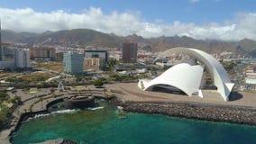 Santa Cruz De Tenerife, Spanje - Mei, 18, het Satellietbeeld van 2018 van 'Auditorio DE Tenerife 'van hierboven stock videobeelden