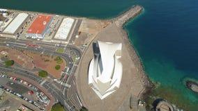 Santa Cruz De Tenerife, Spanje - Mei, 18, het Satellietbeeld van 2018 van 'Auditorio DE Tenerife 'van hierboven stock video