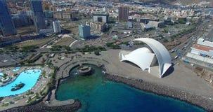 SANTA CRUZ DE TENERIFE, SPANJE - SEPTEMBER, 18, 2015; luchtlengte van 'Auditorio DE Tenerife' en landschap van Santa Cruz stock footage