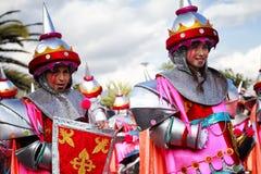 SANTA CRUZ-De TENERIFFA, KANARISCHE INSELN - circa IM FEBRUAR 2018: Karnevalsgruppen und kostümierte Charaktere, Parade durch die stockbild