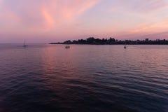 Santa Cruz en la puesta del sol del océano Foto de archivo libre de regalías