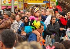 SANTA CRUZ, ESPAÑA - 12 de febrero: Participantes del desfile en colorido Imágenes de archivo libres de regalías