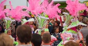 SANTA CRUZ, ESPAÑA - 12 de febrero: Participantes del desfile en colorido Imagen de archivo libre de regalías