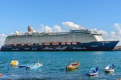 Santa Cruz, España, 12/19/2014: Un barco de cruceros amarrado en el puerto, enfrente de los barcos de pesca fotos de archivo