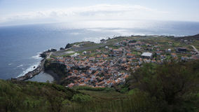 Santa Cruz font l'aperçu de ville de Corvo Photos stock
