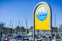 Santa Cruz Harbor tecken; bakgrund för blå himmel Fotografering för Bildbyråer