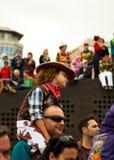 SANTA CRUZ HISZPANIA, Luty, - 12: ubierający dziecko na ojcu sh Zdjęcie Royalty Free