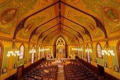 Santa Cruz, la Californie - 24 mars 2018 : Intérieurs d'église catholique croisée sainte Photo libre de droits