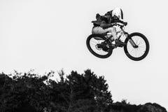 Santa Cruz Mountain Bike Festival - Postkantoorsprongen royalty-vrije stock foto's