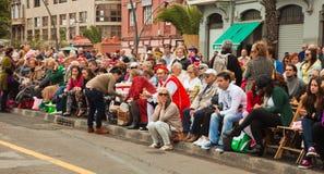 SANTA CRUZ SPANIEN - Februari 12: tittare som väntar på karnevalet Royaltyfri Bild