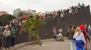 SANTA CRUZ SPANIEN - Februari 12: tittare som väntar på karnevalet Royaltyfri Fotografi