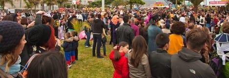SANTA CRUZ SPANIEN - Februari 12: tittare som väntar på karnevalet Fotografering för Bildbyråer