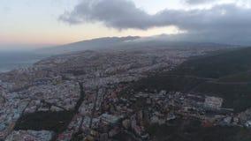 Santa Cruz, Tenerife, Spanje - Mei, 18, 2018: Satellietbeeld van een stadscentrum stock video