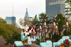 Santa dans Sleigh dans le défilé d'annuaire de Philly Photographie stock libre de droits