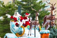 Santa dans Sleigh dans le défilé de Philly Photos stock
