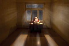 Santa dans une grande salle Photographie stock libre de droits