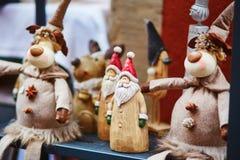 Santa de madeira e cervos engraçados no mercado tradicional do Natal em Strasbourg Foto de Stock