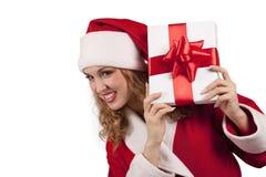 Santa de sorriso emerge atrás de uma caixa de presente foto de stock royalty free