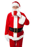 Santa de sorriso envelhecida que aprecia seu café Imagem de Stock Royalty Free