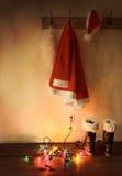 Santa dräkt som hänger på lagkroken Arkivfoton