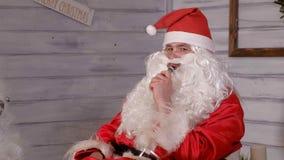 Santa dymi wytarcia obsiadanie w krześle Obraz Stock
