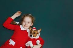 Santa dziewczyny obejmowania szczeniaka pies Zdjęcie Royalty Free