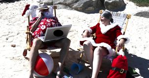 Santa e Sra. Claus no telefone video estoque