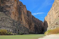 Santa Elena Canyon e Rio Grande River, parque nacional de curvatura grande, EUA fotos de stock royalty free