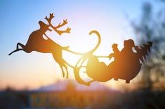 Santa em um trenó com um cervo no sol da manhã Natal foto de stock