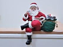 Santa em uma prateleira foto de stock