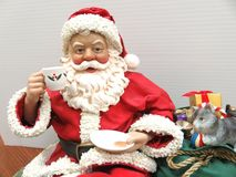 Santa em uma prateleira, acima do fim foto de stock