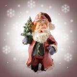 Santa en céramique dans la tempête de neige Photographie stock libre de droits