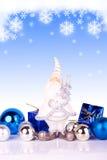 Santa en fondo azul con los copos de nieve Foto de archivo libre de regalías