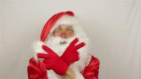 Santa está dançando no fundo cinzento video estoque