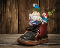 Santa et bonhomme de neige dans un traîneau de renne Images stock