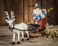 Santa et bonhomme de neige dans un traîneau de renne Photographie stock libre de droits