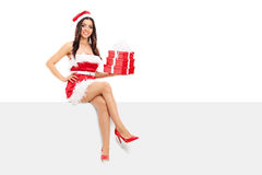 Santa fêmea que guarda uma pilha de presentes Fotos de Stock