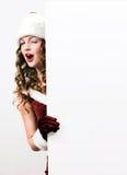 Santa fêmea que prende um cartão do branco do Natal fotografia de stock royalty free