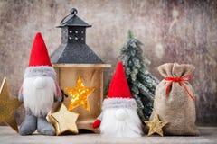 Santa för julgnomund hatt Den Seamless modellen kan användas för wallpaperen, modellpåfyllningar, rengöringsduksidabakgrund, surf Arkivfoton