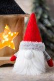 Santa för julgnomund hatt Den Seamless modellen kan användas för wallpaperen, modellpåfyllningar, rengöringsduksidabakgrund, surf Royaltyfri Foto