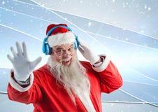 Santa faisant des gestes tandis que musique de écoute sur les écouteurs 3D Image libre de droits