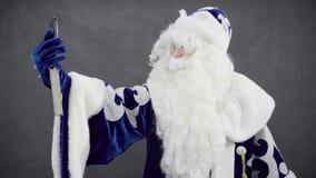 Santa faz o selfi no smartphone vídeos de arquivo