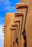 Santa Fe New Mexico Adobe mure le ciel bleu de longues ombres Images libres de droits