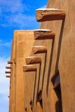 Santa Fe New Mexiko Adobe ummauert lange Schatten-blauen Himmel Lizenzfreie Stockbilder