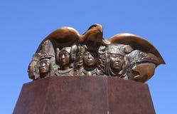 Santa Fe NM: Indisk skulptur - folk av den röda Tailed höken, 2012 royaltyfria foton