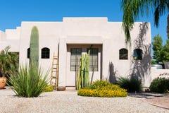 Santa Fe stilhus med gården för kaktus framtill royaltyfri fotografi