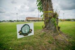 """Santa Fe, Teksas May 21st 2018: Pomnika szyldowy czytelniczy """"Pray dla nasz kids† na zewnątrz Santa Fe szkoły średniej zdjęcia stock"""
