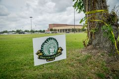 """Santa Fe, Teksas May 21st 2018: Pomnika szyldowy czytelniczy """"Pray dla nasz kids† na zewnątrz Santa Fe szkoły średniej obraz stock"""